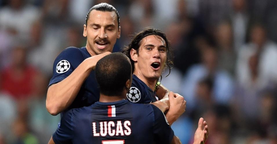 Lucas comemora gol de Edison Cavani junto com Ibrahimovic