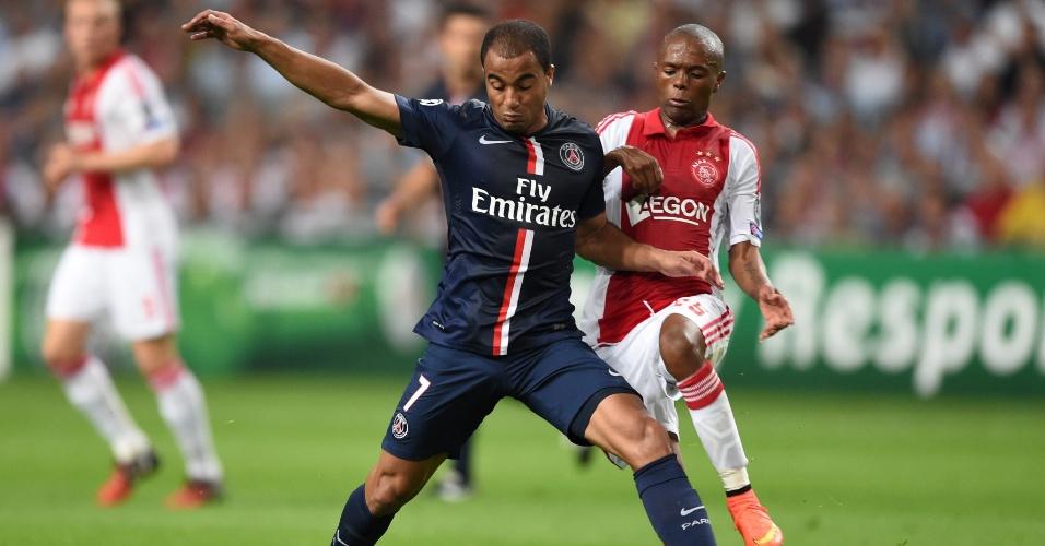 Lucas protege a bola para o PSG contra o Ajax