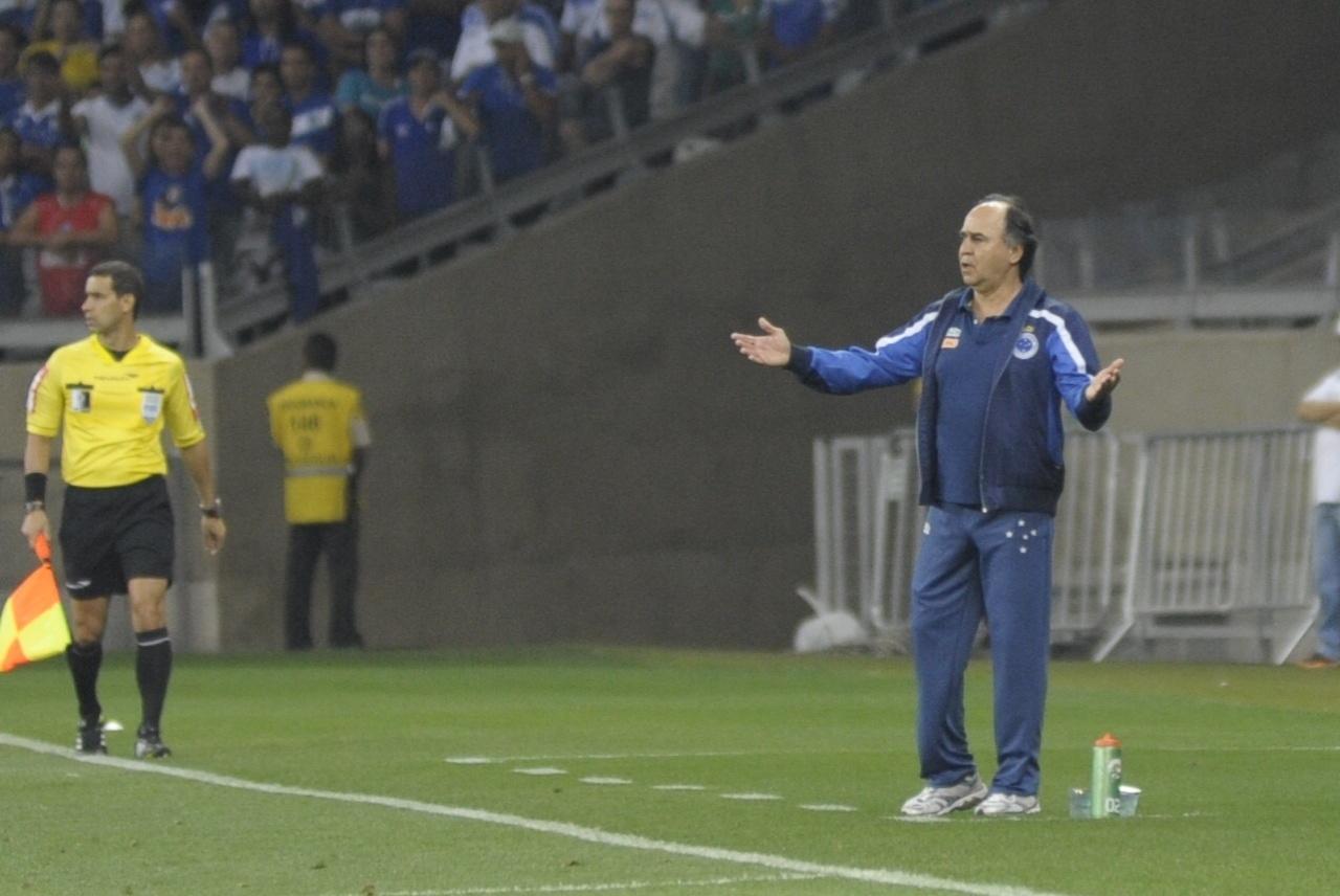 Marcelo Oliveira reclama durante o jogo entre Cruzeiro e Atlético-PR