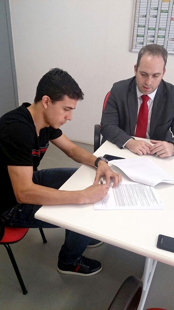 Nilmar assina contrato com o Internacional após novela de dois anos