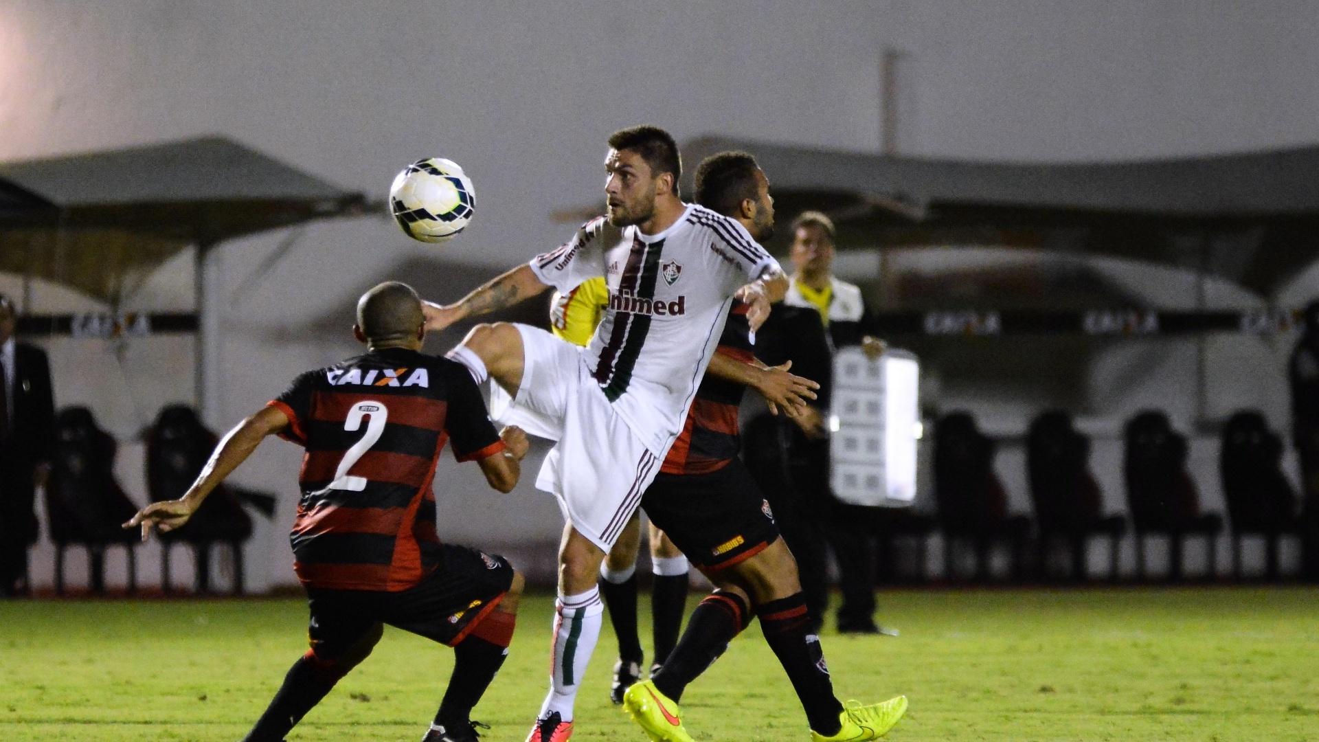 Rafael Sóbis tenta driblar lateral do Vitória em jogo do Fluminense pelo Brasileirão