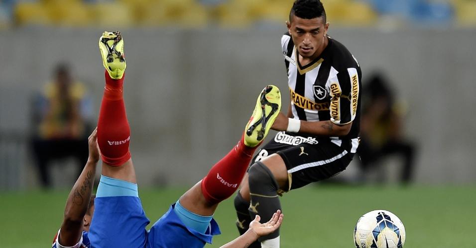 Rogério, do Botafogo, desarma jogador do Bahia pelo Campeonato Brasileiro