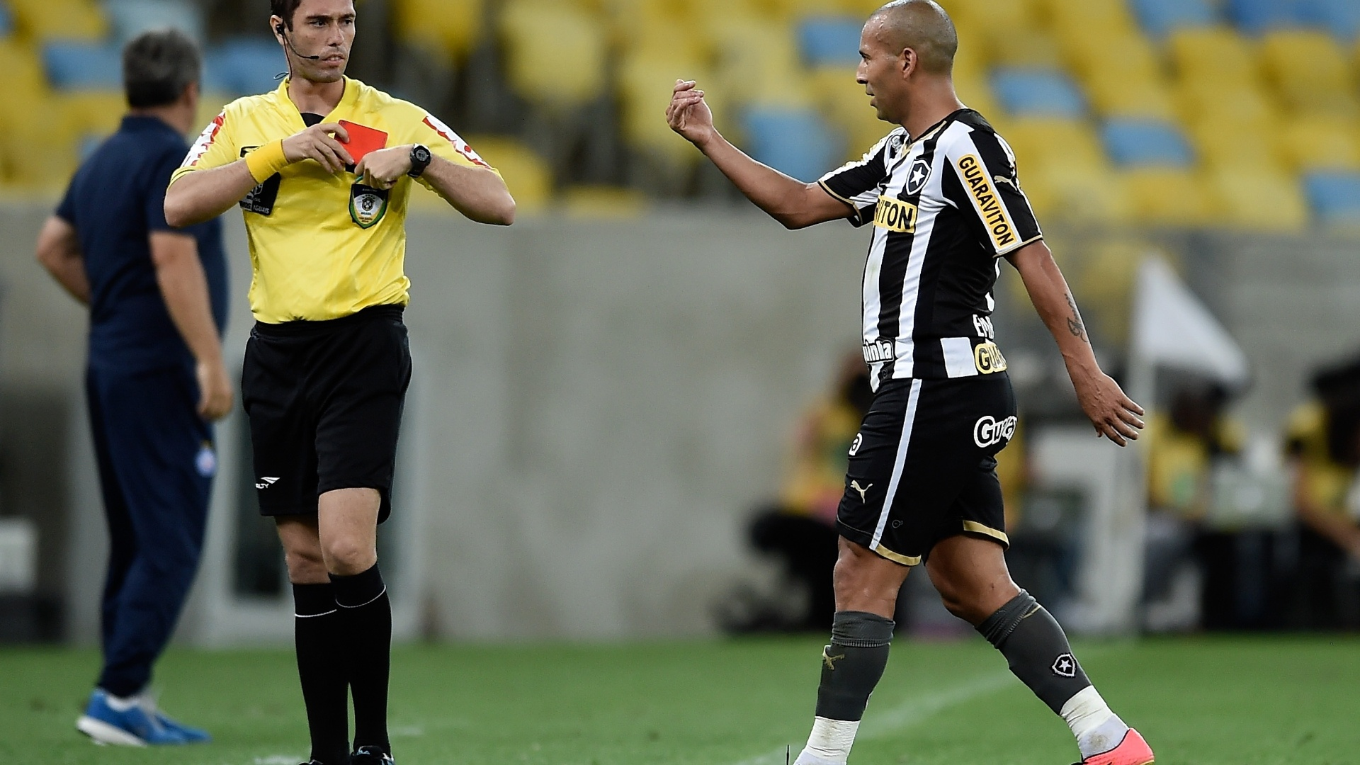 Sheik reclama com a arbitragem ao ser expulso na partida entre Botafogo e Bahia