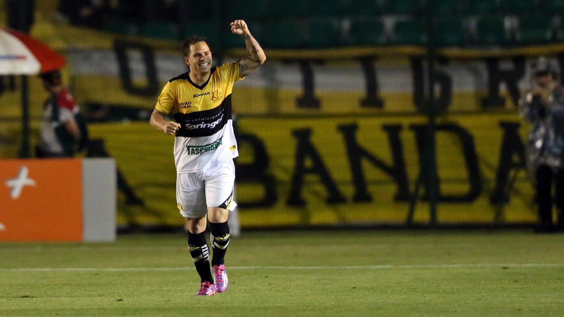 Silvinho celebra o gol do Criciúma contra o Figueirense