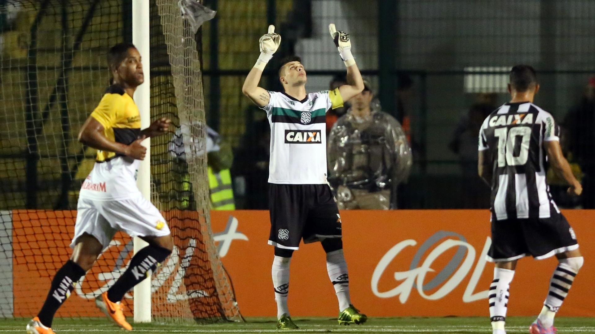 Tiago Volpi comemora após pegar pênalti para o Figueirense contra o Criciúma