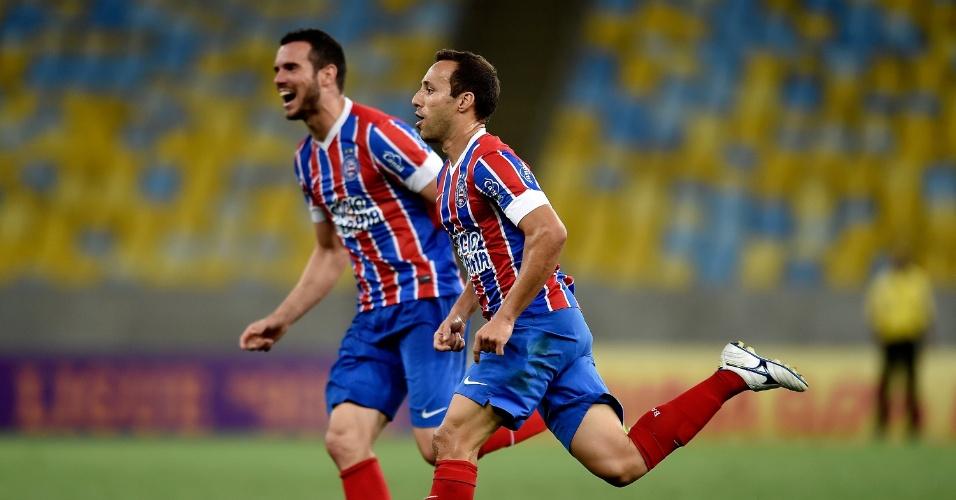 Branquinho (frente) e Lucas Fonseca comemora gol do Bahia