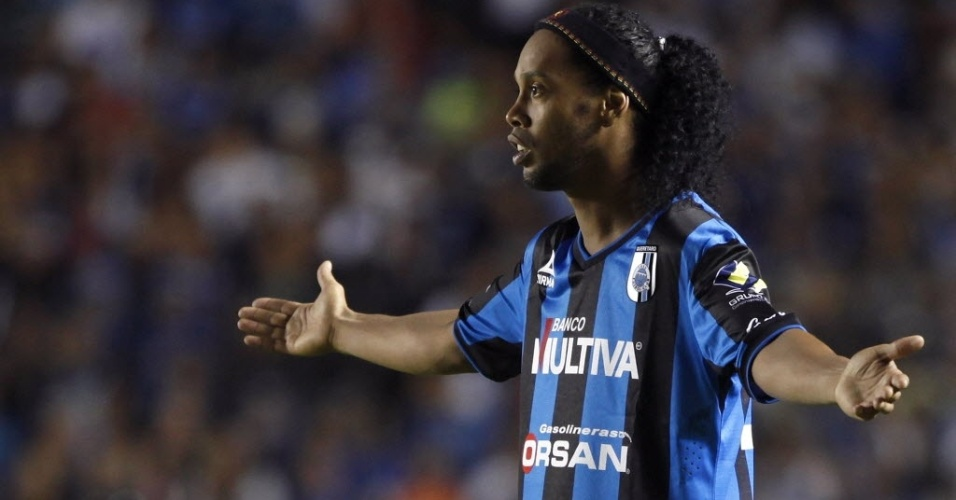 Ronaldinho gesticula em sua estreia pelo Querétaro. Ele errou pênalti, e seu time perdeu por 1 a 0 para o Tigres