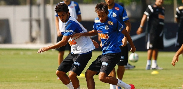 Lateral Crystian e Neymar disputam bola em treino do Santos em 2011 - Divulgação/Santos FC