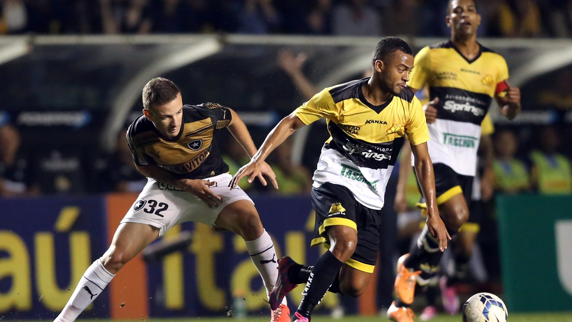 20. set. 2014 - João Victor, do Criciúma, consegue roubar bola de Sidney, do Botafogo, na partida entre as equipes, pelo Campeonato Brasileiro