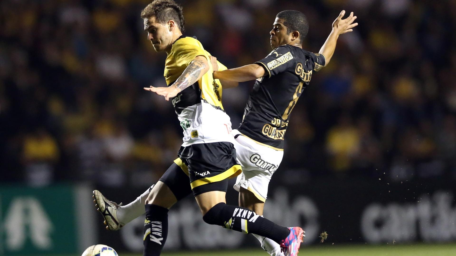 20. set. 2014 - Silvinho e Júnior César disputam bola na partida entre Criciúma e Botafogo, pelo Brasileirão