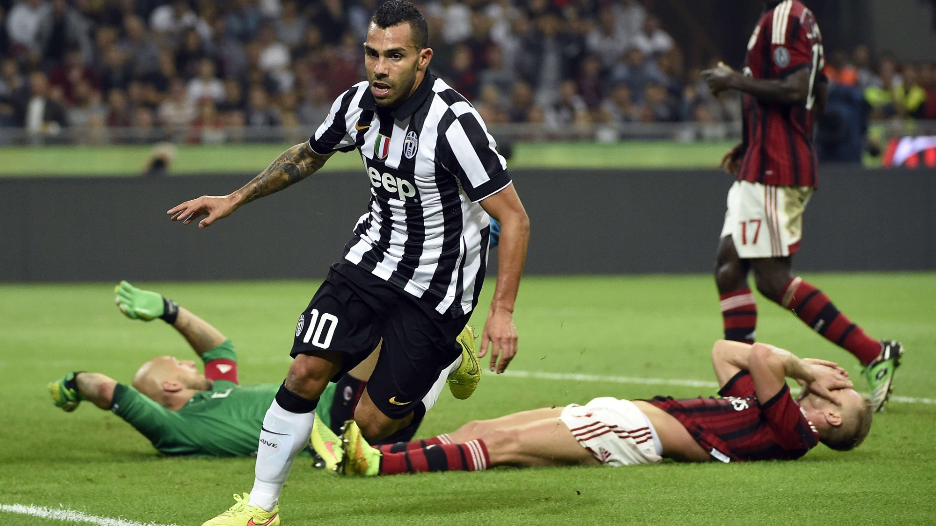 20/09/2014 - Tevez chuta e corre para comemorar gol da Juventus contra o Milan