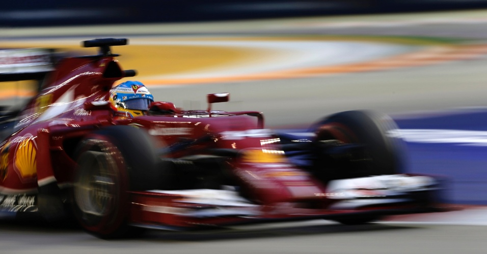 20.set.2014 - Fernando Alonso conduz sua Ferrari pelo circuito de Marina Bay durante o treino de classificação para o GP de Cingapura
