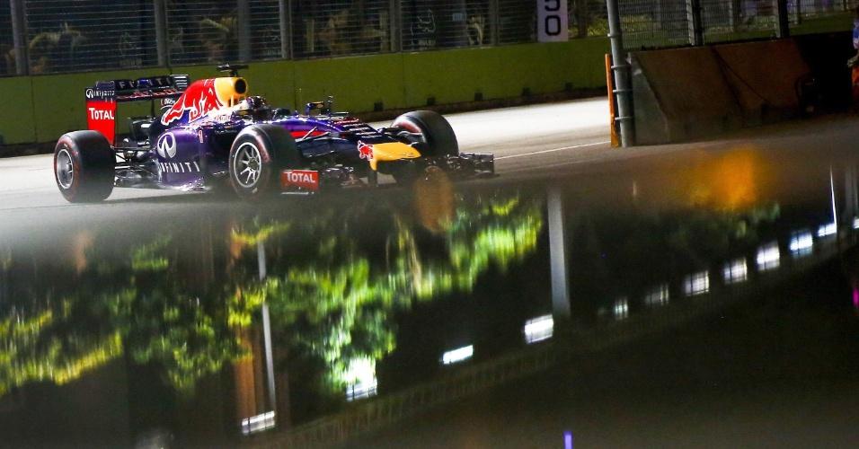 20.set.2014 - Sebastian Vettel conduz sua Red Bull pelo circuito de Marina Bay durante o treino de classificação para o GP de Cingapura. Alemão larga em quarto lugar