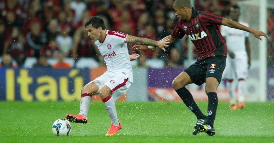 Charles Aránguiz faz o giro diante do marcador em campo encharcado