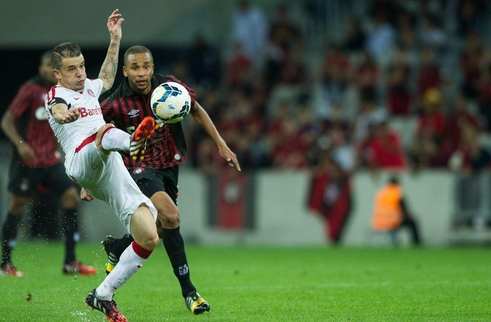 D'Alessandro estica a perna em busca do domínio da bola durante jogo da 23ª rodada