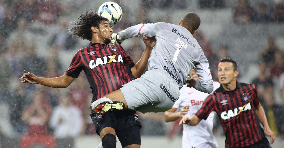 Dida, do Internacional, pula sob os olhares de jogadores do Atlético-PR