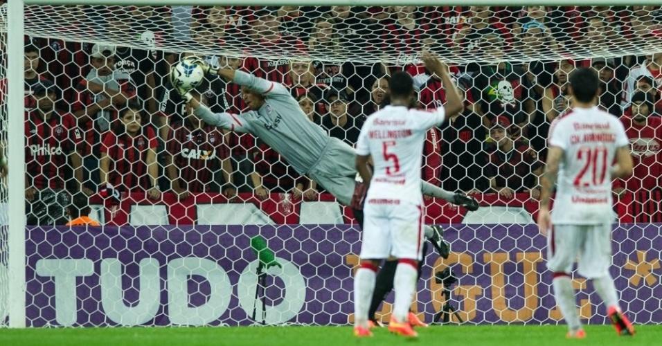 Dida salta e faz defesa durante jogo Atlético-PR x Internacional