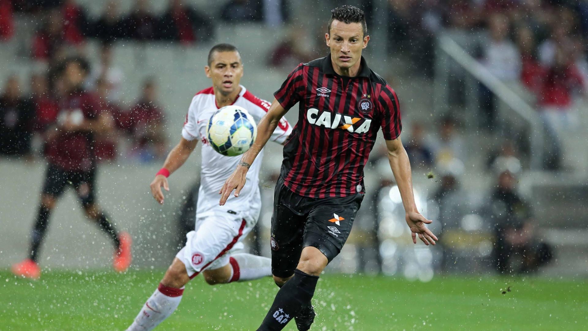 Gustavo, zagueiro do Atlético-PR, protege a bola da marcação