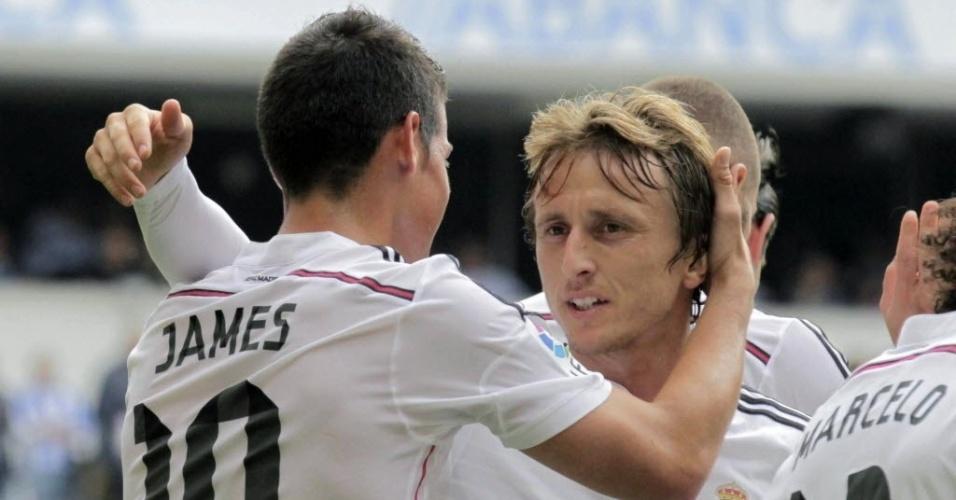 James comemora com o croata Modric após marcar um golaço de fora da área