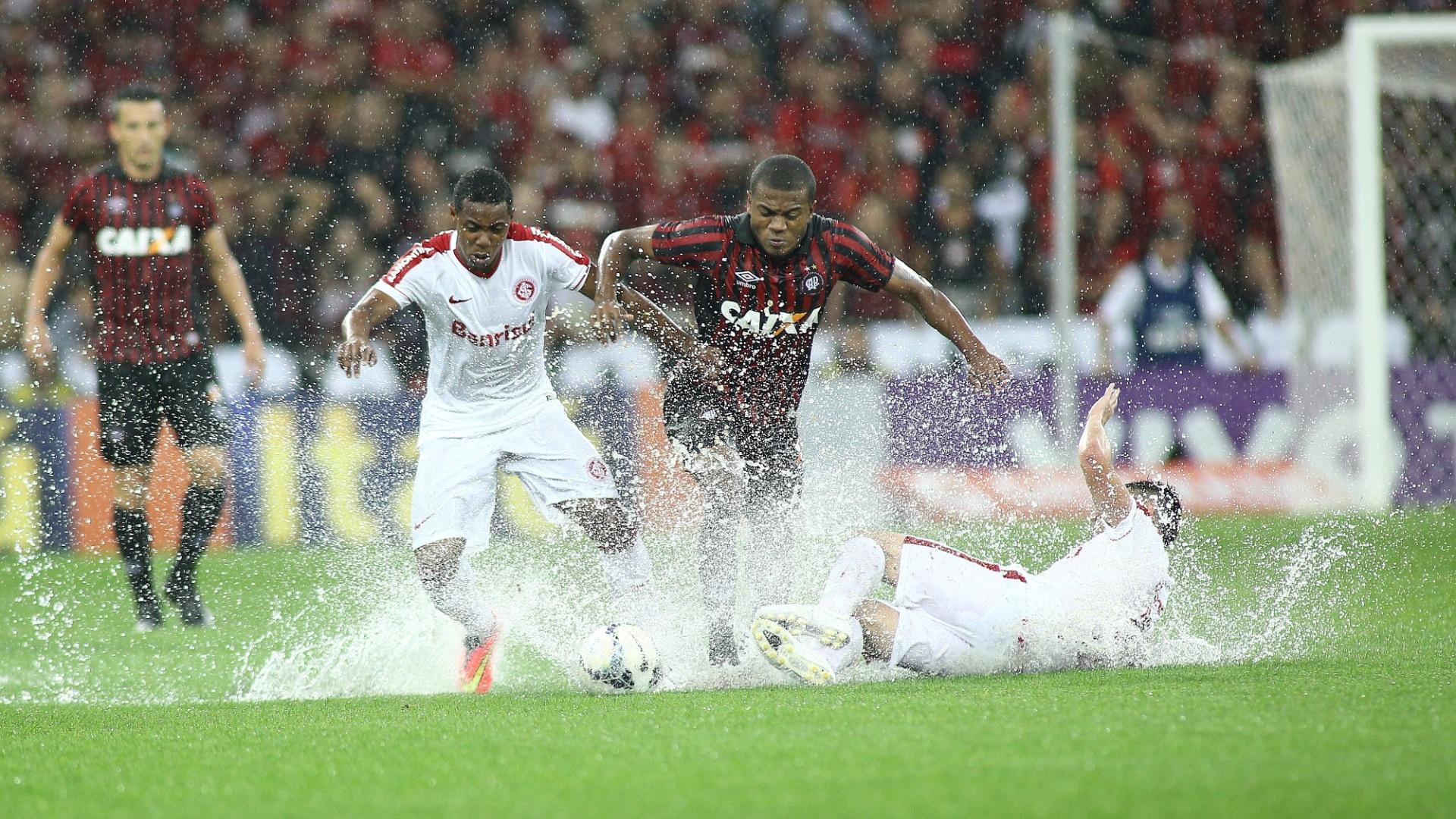 Jogadores de Internacional e Atlético-PR enfrentam dificuldades com as poças d'água na Arena da Baixada