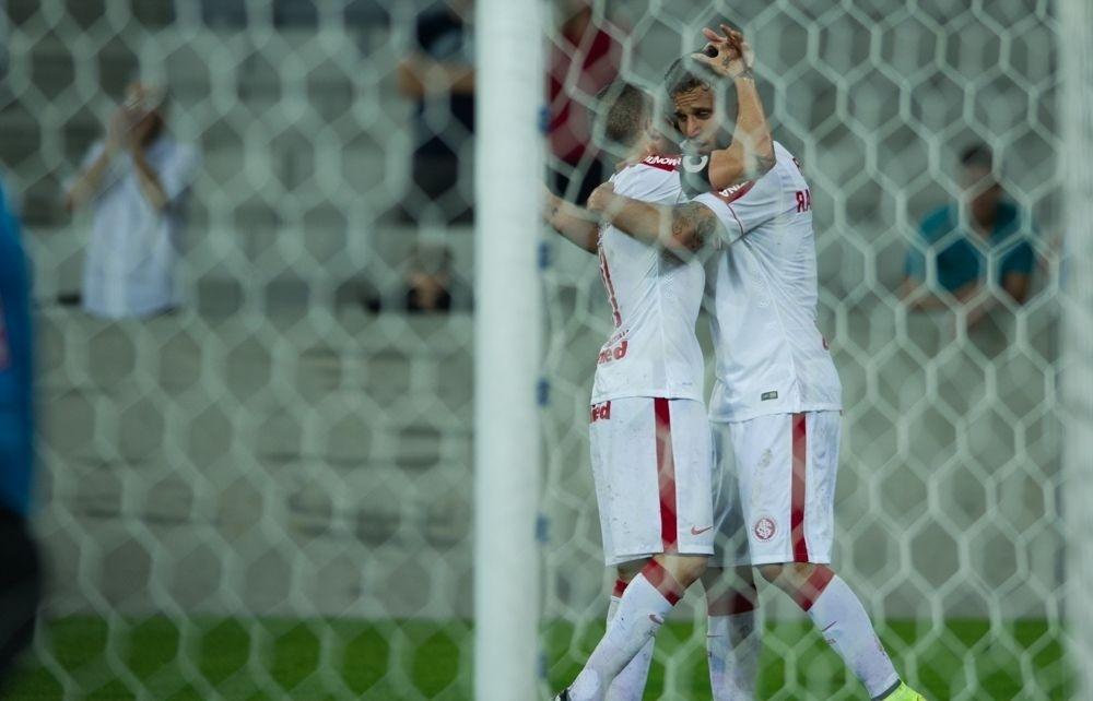 Rafael Moura abraça D'Alessandro após fazer gol e encerrar jejum de nove jogos