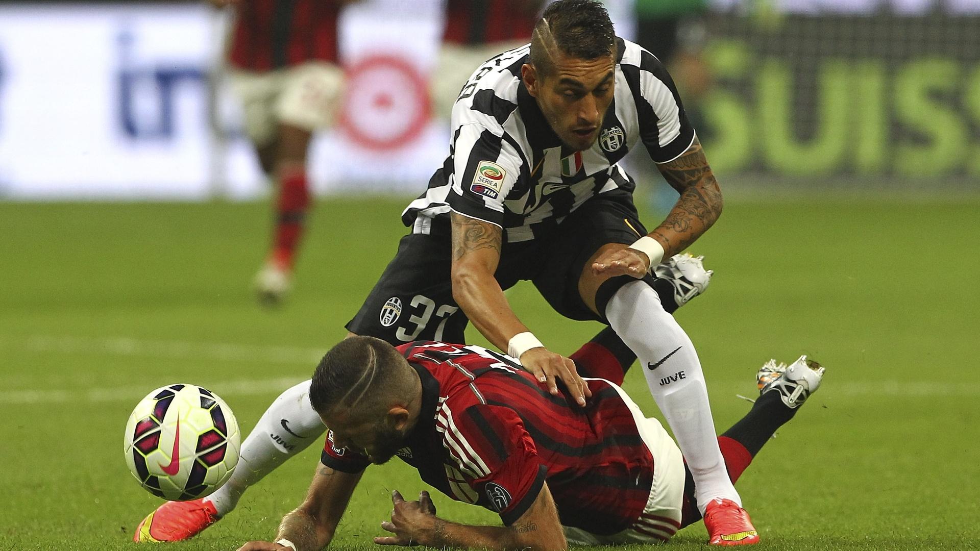 Roberto Maximiliano Pereyra, da Juventus, briga pela bola com Jeremy Menez, do Milan
