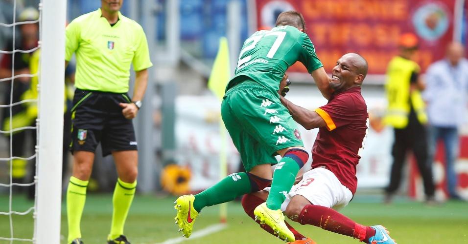 21.set.2014 - Brasileiro Maicon tromba com o goleiro Cragno na vitória da Roma sobre o Cagliari