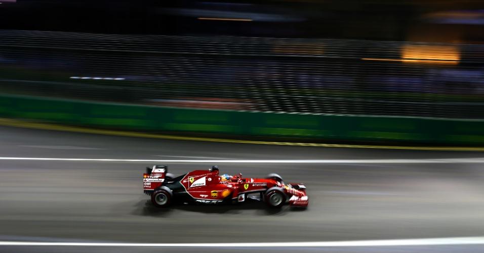 21.set.2014 - Fernando Alonso acelera sua Ferrari pelo circuito de Marina Bay durante o GP de Cingapura