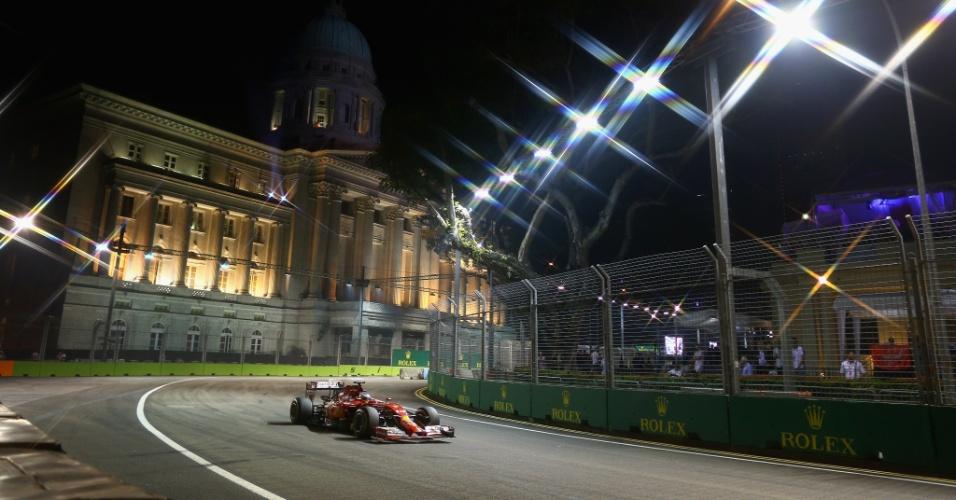 21.set.2014 - Fernando Alonso pilota sua Ferrari pelo circuito de Marina Bay durante o GP de Cingapura