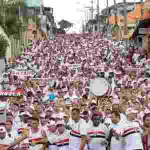 21.set.2014 - Torcedores do São Paulo tomam as ruas próximas do Itaquerão antes do clássico contra o Corinthians - Joel Silva/ Folhapress