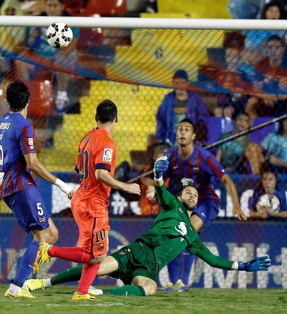 Depois de uma cavadinha, Messi acompanha a trajetória da bola que terminaria no fundo das redes