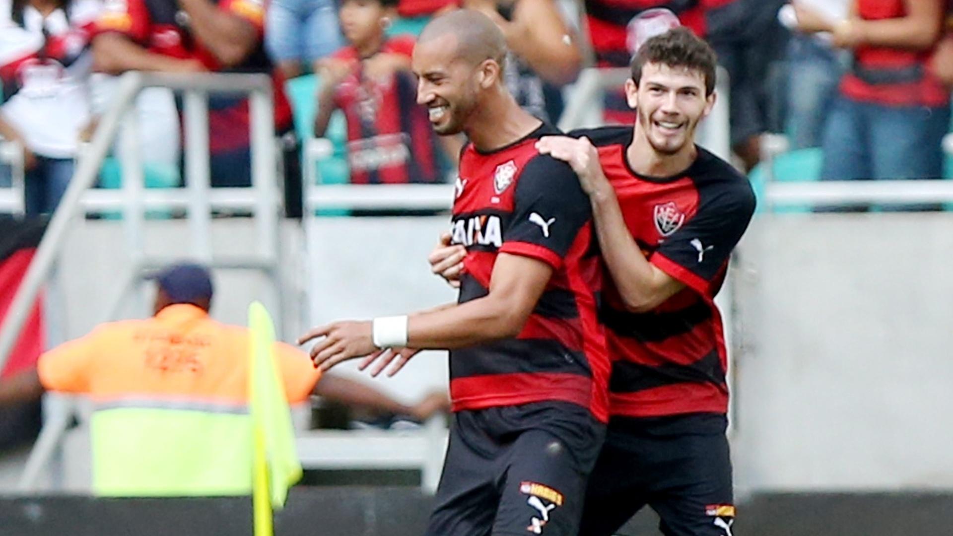 Kadu, do Vitória, comemora gol com o colega no clássico contra o Bahia