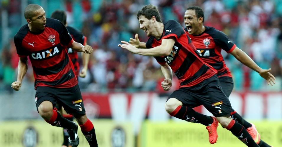 Luiz Gustavo comemora gol do Vitória contra o Bahia. Ele marcou um golaço que garantiu a vitória do rubro-negro por 2 a 1