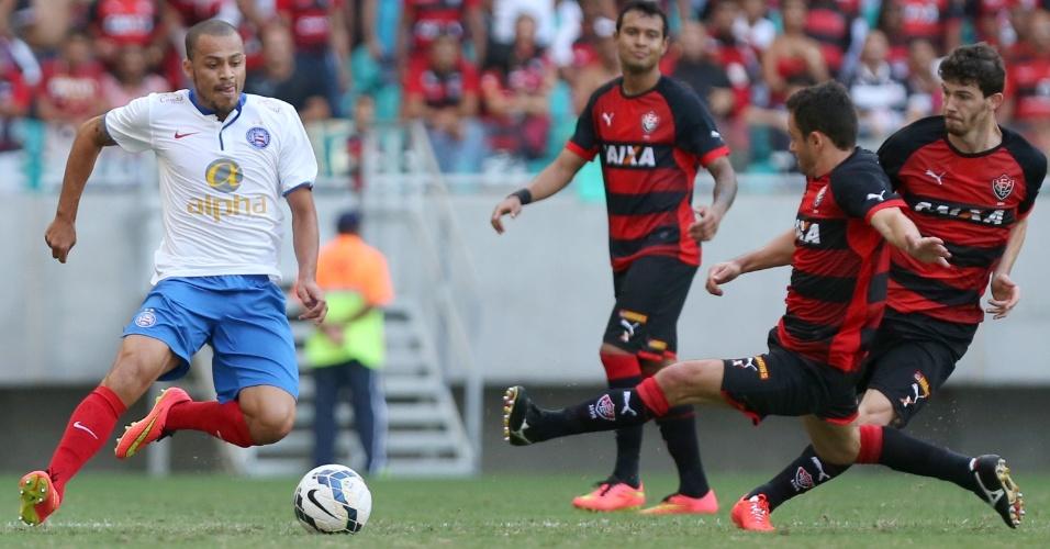 Railan, do Bahia, disputa bola no clássico contra o Vitória pelo Brasileirão