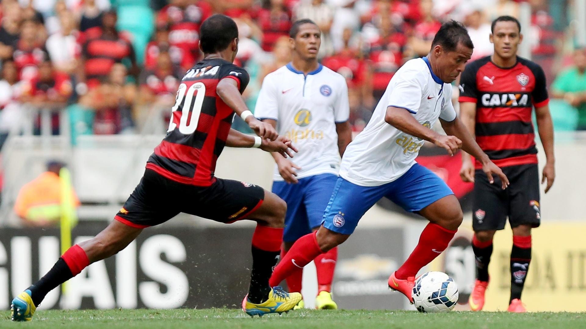 Richarlyson faz a marcação no jogador rival no clássico entre Vitória e Bahia