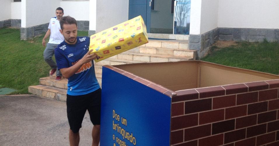 Everton Ribeiro participa de campanha do Cruzeiro de doação de brinquedos
