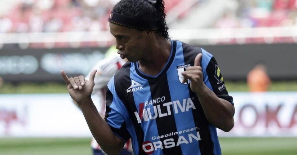 Robnaldinho celebra gol na vitória do Querétaro contra o Chivas