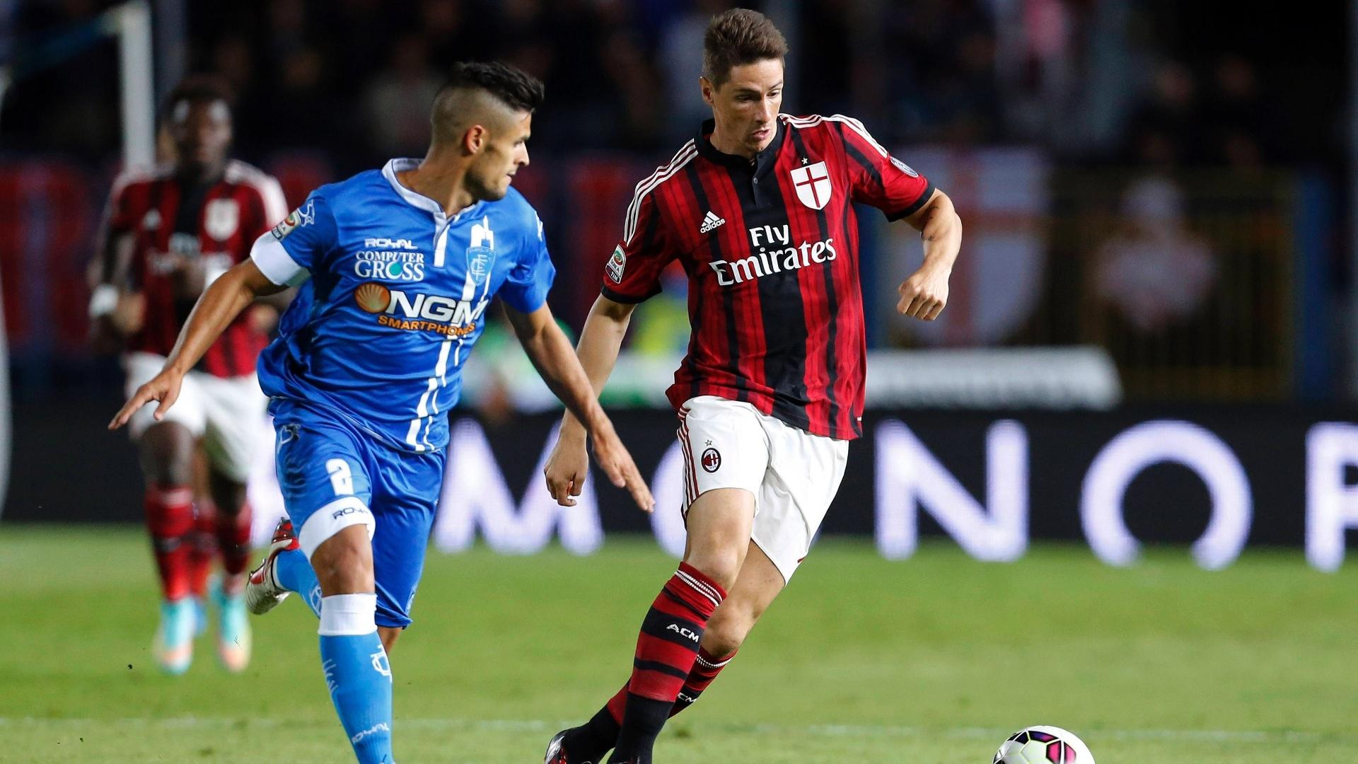 23. set. 2014 - Fernando Torres tenta ficar com a bola na partida do Milancontra o Empoli, pelo Campeonato Italiano