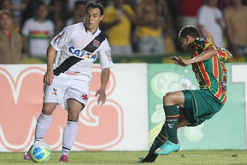 Kléber tenta jogada no ataque do Vasco no duelo com o Sampaio Corrêa