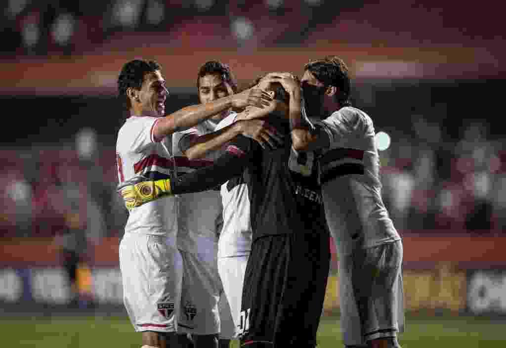 Jogadores do São Paulo comemoram após Ceni marcar de pênalti contra o Flamengo (24.set.2014) - Ricardo Nogueira/Folhapress