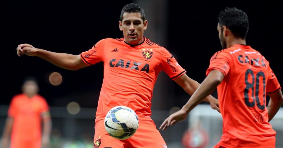Diego Souza, do Sport, tenta dominar a bola em confronto com o Bahia