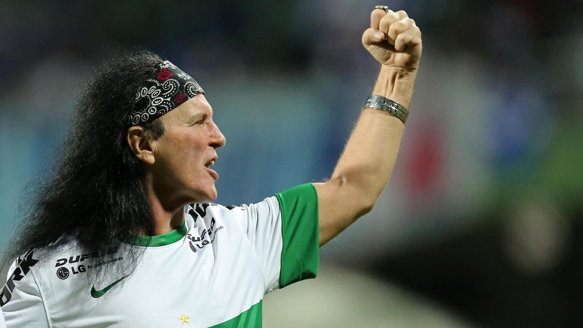Ex-vocalista do AC/DC, Dave Evans torce para o Coritiba no Estádio Couto Pereira