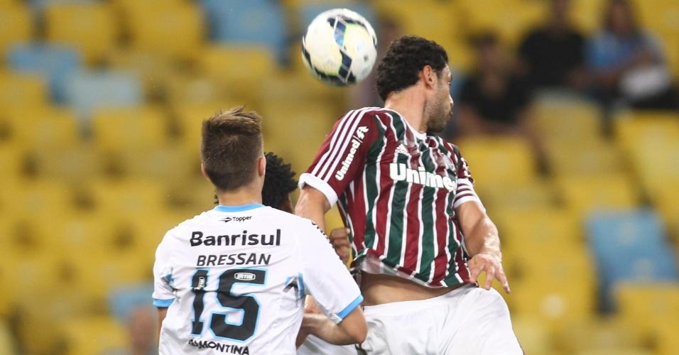 Fred escora bola de cabeça contra o Grêmio