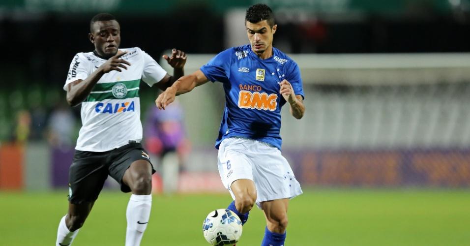 Joel, do Coritiba, tenta ganhar jogada contra Egídio, do Cruzeiro