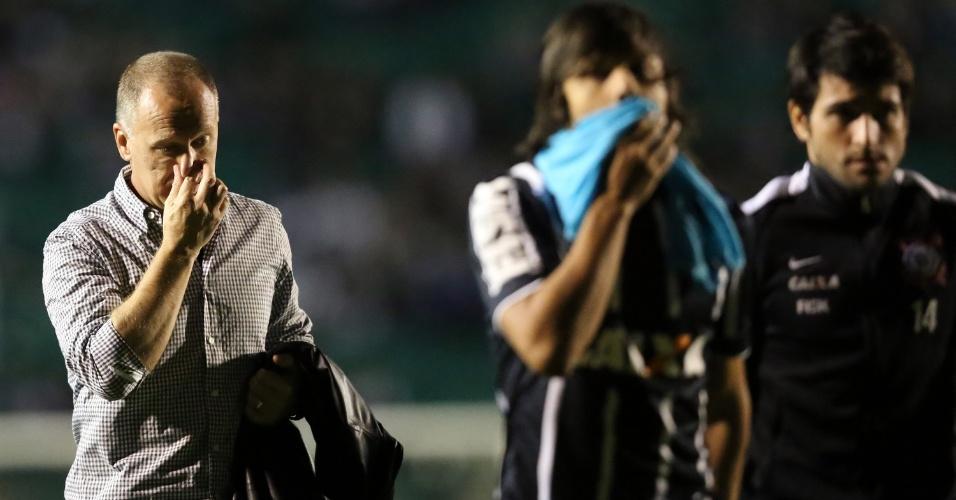 Mano Menezes caminha ao lado de jogadores ao final do primeiro tempo