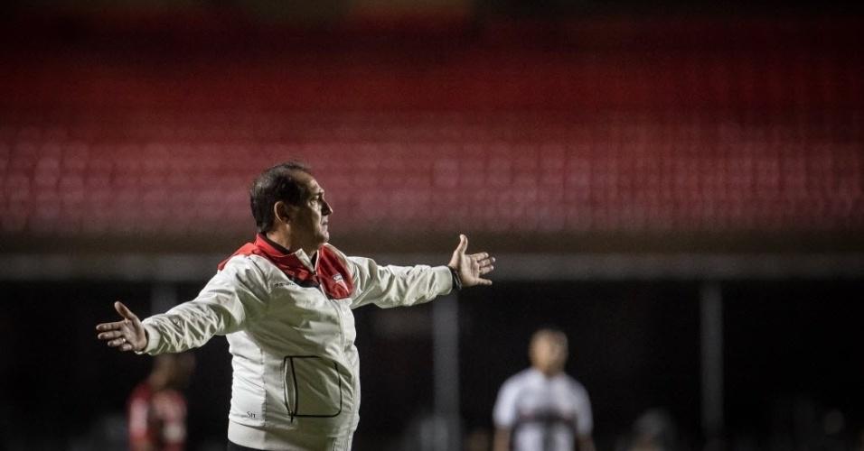 Muricy reclama de lance no jogo contra o Flamengo, no Morumbi (24.set.2014)