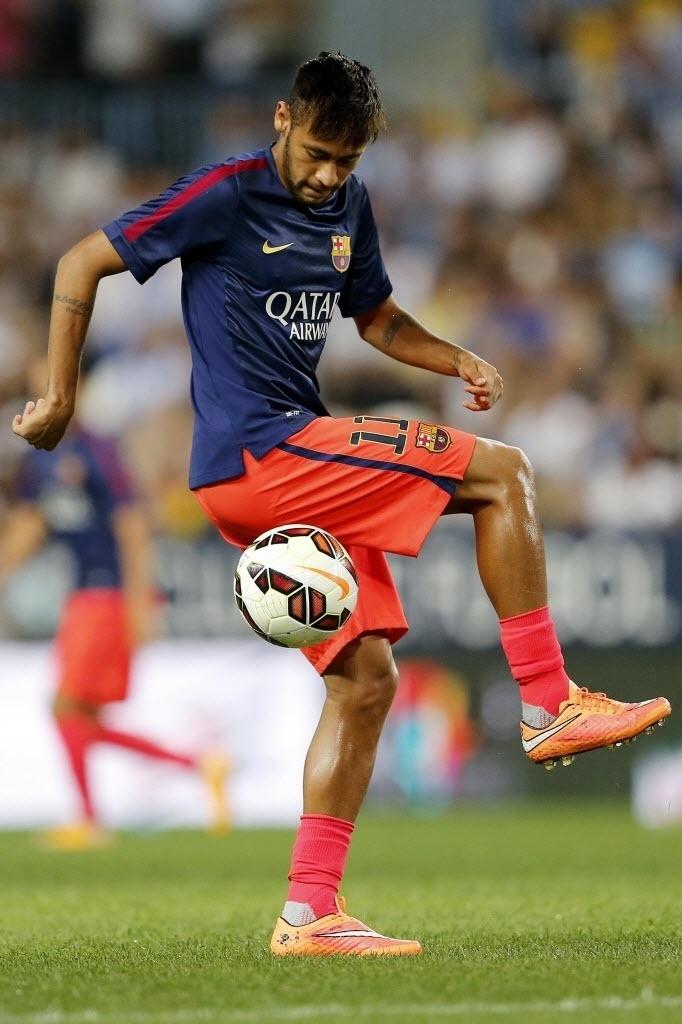 Neymar se aquece antes do jogo do Barcelona contra o Málaga