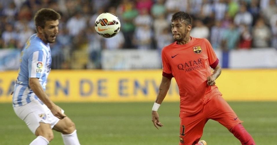 Neymar tenta driblar Camacho durante jogo entre Barcelona e Málaga