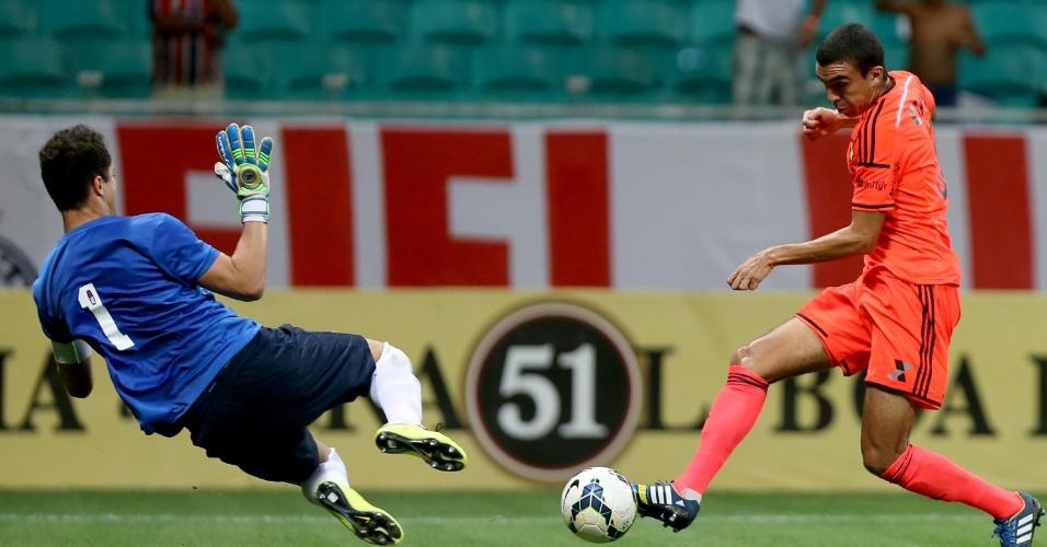 Ronaldo tenta tocar na saída do goleiro do Bahia