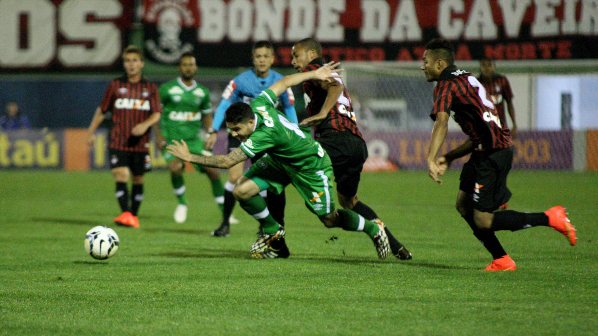 Zezinho tenta escapar da marcação dos jogadores do Atlético-PR